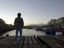 Uomo che guarda a Victoria e ad Alfred Watertown Cape Town South Africa fotografia stock