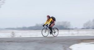Uomo che guida la sua bici panning fotografie stock