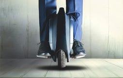 Uomo che guida trasporto elettrico della mono ruota Immagine Stock