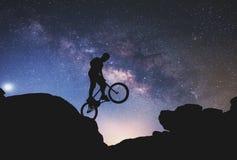 Uomo che guida un'esecuzione della bici Fotografia Stock Libera da Diritti