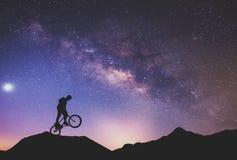 Uomo che guida un'esecuzione della bici Fotografie Stock