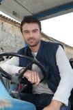 Uomo che guida un trattore Fotografie Stock