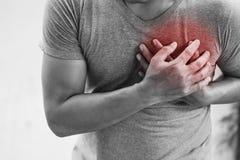 Uomo che ha attacco di cuore Sanità immagini stock libere da diritti