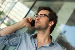 Uomo che ha conversazione telefonica Immagine Stock