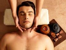 Uomo che ha massaggio capo nel salone della stazione termale fotografia stock libera da diritti