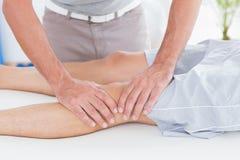 Uomo che ha massaggio del ginocchio Immagini Stock Libere da Diritti