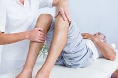 Uomo che ha massaggio del ginocchio Fotografia Stock Libera da Diritti