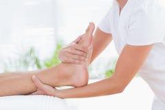 Uomo che ha massaggio del piede immagini stock libere da diritti
