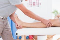 Uomo che ha massaggio della gamba Immagine Stock Libera da Diritti