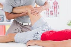 Uomo che ha massaggio della gamba Fotografia Stock Libera da Diritti