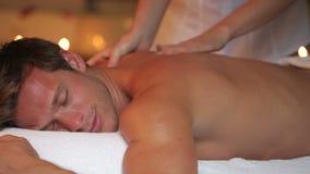 Uomo che ha massaggio in stazione termale stock footage
