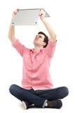Uomo che ha problema con il suo computer portatile Fotografia Stock Libera da Diritti