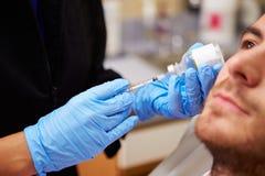Uomo che ha trattamento di Botox alla clinica di bellezza immagine stock libera da diritti