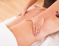 Uomo che ha un massaggio posteriore Fotografia Stock Libera da Diritti