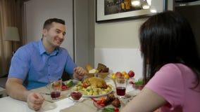 Uomo che ha una cena insieme la sua moglie archivi video