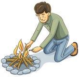 Uomo che illumina il fuoco Immagine Stock