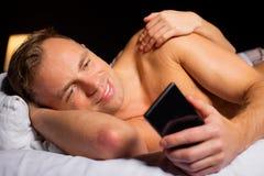 Uomo che imbroglia mentre dormendo con la donna fotografia stock libera da diritti