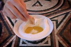 Uomo che immerge Pita Bread in Labneh Fotografia Stock