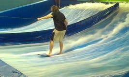 Uomo che impara come praticare il surfing Immagine Stock