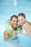 Uomo che impara nuotare con l'anello di galleggiamento Immagini Stock