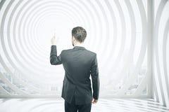 Uomo che indica al centro dell'obiettivo Immagine Stock