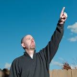 Uomo che indica il cielo Immagine Stock Libera da Diritti