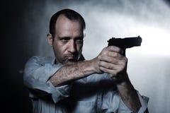 Uomo che indica pistola Fotografia Stock Libera da Diritti
