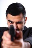 Uomo che indica pistola Immagini Stock