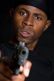 Uomo che indica pistola Immagine Stock Libera da Diritti
