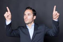 Uomo che indica su uno schermo virtuale Fotografia Stock