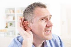 Uomo che indossa aiuto sordo fotografie stock libere da diritti