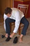 Uomo che indossa le scarpe eleganti degli uomini Fotografia Stock Libera da Diritti