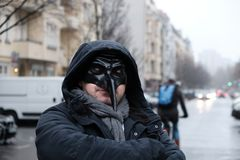 Uomo che indossa una maschera nera fotografia stock libera da diritti