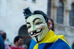 Uomo che indossa una protesta anonima della maschera  Immagini Stock Libere da Diritti