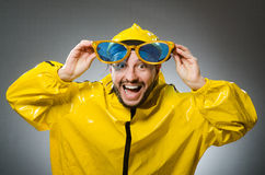 Uomo che indossa vestito giallo nel concetto divertente Fotografia Stock Libera da Diritti