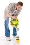 Uomo che innaffia piccola pianta Fotografia Stock