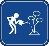 Uomo che innaffia un segnale stradale dell'albero Fotografia Stock Libera da Diritti