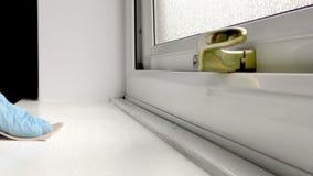 Uomo che insabbia un davanzale della finestra con carta vetrata stock footage