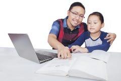 Uomo che insegna a suo figlio isolato Fotografia Stock Libera da Diritti