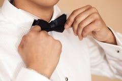 Uomo che installa la cravatta a farfalla Fotografia Stock Libera da Diritti