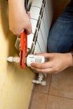 Uomo che installa valvola sul radiatore del riscaldamento Fotografie Stock Libere da Diritti