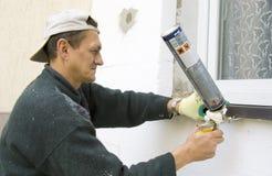 Uomo che installa windowsill #2 immagini stock libere da diritti
