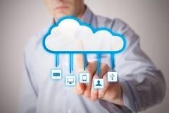 Uomo che interagisce con le applicazioni di servizio della nuvola Immagine Stock
