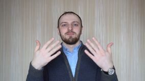 Uomo che invita per venire, sicuro e sorridente facendo un gesto con la mano, essendo positivo ed amichevole archivi video
