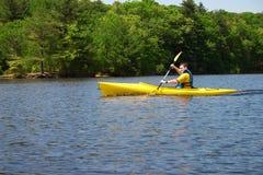 Uomo che kayaking fotografia stock