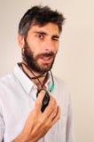 Uomo che lampeggia i suoi occhi e che gioca con il mouse Fotografia Stock