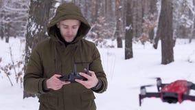 Uomo che lancia un fuco video d archivio