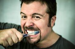 Uomo che lava i suoi denti Fotografia Stock Libera da Diritti