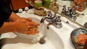 Uomo che lava le sue mani nel bagno archivi video