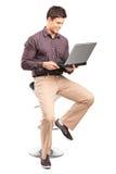 Uomo che lavora ad un computer portatile Immagini Stock Libere da Diritti
